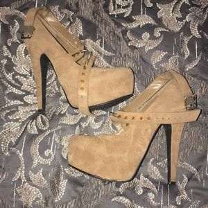 Women's Bakers Chunky Tan Heels w/ Gold Spikes 8.5